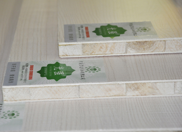 光强牌、林之光牌木工免漆生态板又叫三聚氰胺木工板、木工生态板、免漆生态板、三氨木工板、三聚氰胺贴面大芯板、杨木大芯板等等,河南宏达木业生产的光强牌木工生态板是由两片单板中间胶压拼接木板而成。中间木板是由优质天然的杨木木板方加工成一定规格的木条,木条经过自然凉晒后再由烘干机烘干,严格控制含水率达到合格后再由拼板机拼接而成。拼接后的木板两面各覆盖优质单板,再经冷、热压机胶压等工艺后,外层采用优质面皮或科技木面皮,表面热压不同花色的三聚氰胺浸渍纸制作而成。 光强牌木工生态板均采用四面侧压技术,该工艺加大了板材的